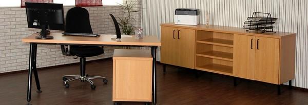 Komplettbüro in Buche, Schreibtisch ZWYN und Rollcontainer LATI. Sideboard aus unserem Schranksystem in Buche mit hohen Standfüssen