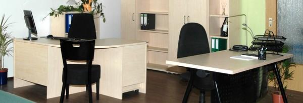 Musterbüro in AHORN, Schreibtisch DREB mit Gestell schwarz, Eck-Schreibtisch MORN. Hier sind Systemteile aus dem Regal und Schrankbereich kombiniert.